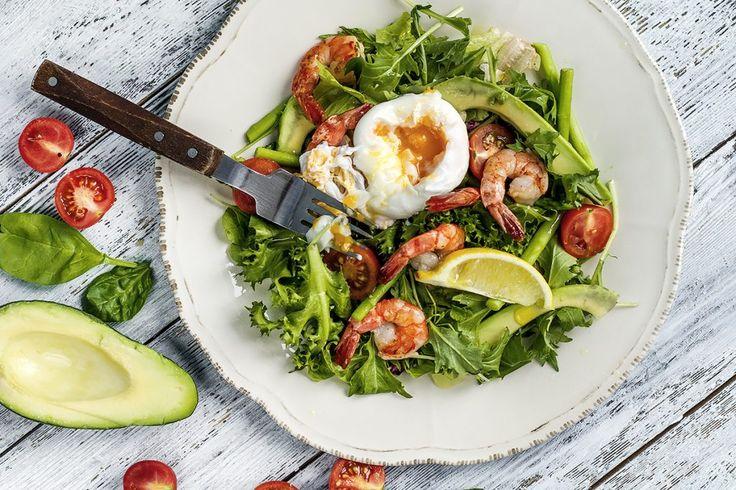 Тёплый салат с креветками, спаржей, авокадо и яйцом-пашот | Таня Рыбакова