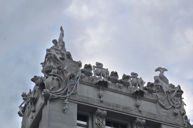 Дом с химерами, Киев. на крыше расположены жабы, морские чудовища и нереиды с цепями вместо волос