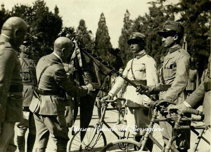 Rijeka / Fiume - 1920. - D'Annunzio decora la fiamma dell'8° Battaglione ciclisti - Legione Bersaglieri Fiume.