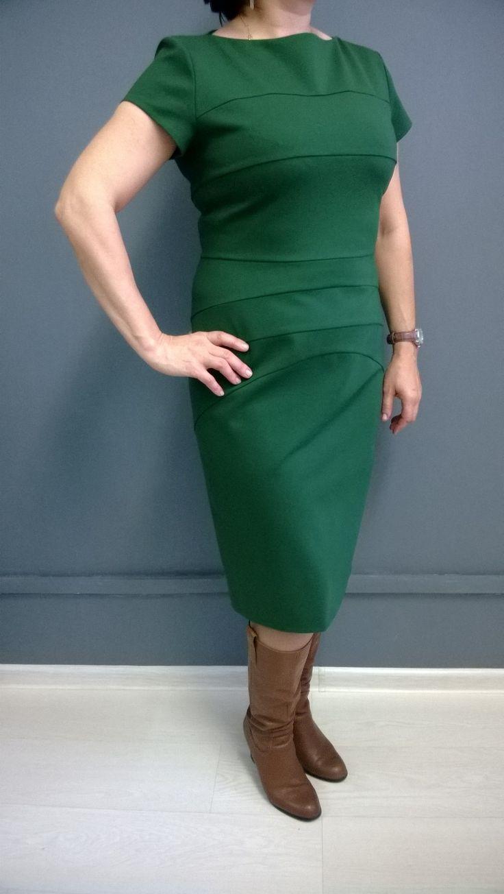 Платье выполнено из плотного джерси гениально сконструировано и выглядит очень женственно. Поперечные швы спереди создают безупречный силуэт. Небольшой рукав позволяет носить платье самостоятельно и с жакетами.