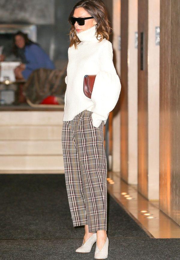 """Victoria Beckham s'approprie avec brio la tendance """"pantalon à carreaux"""" (photo Harper's Bazaar)"""