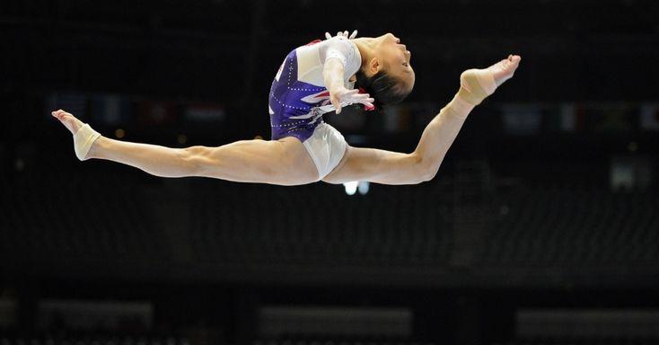 A ginasta chinesa Yao Jinnan compete em prova de barras assimétricas durante o 44º Campeonato Mundial de Ginástica Artística na Antuérpia