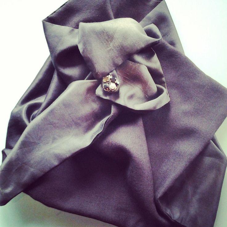 cachemire and silk scarf - sciarpa in cachemire e shantung di seta con bottone gioiello http://elbichofeo.blogspot.com https://it-it.facebook.com/pages/Bicho-feo/382736388432736?sk=map&activecategory=Foto&session_id=1334324293