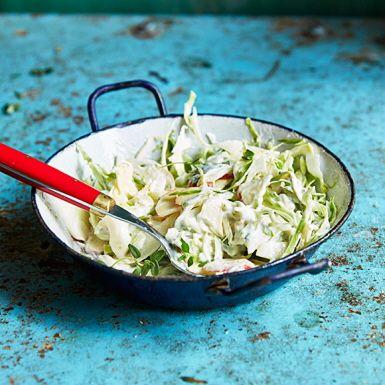 Genom att först salta ur kålen blir den mjäll och krispig på en och samma gång – och lagom salt. Blanda vitkålen med äpple, äppelcidervinäger, färsk timjan och en riktigt god majonnäs för en fräsch coleslaw med örtig touch. Gott till burgare, ribs och grillat.