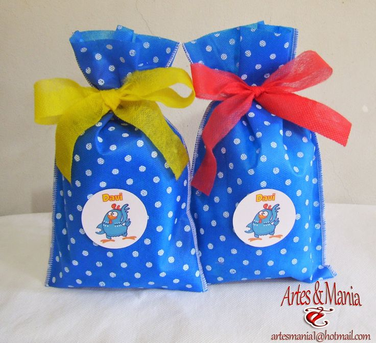 Sacola de tnt azul com poá branco com tag Galinha Pintadinha e personalizado com nome da criança. A fita de tnt para fazer o laço ...