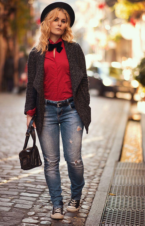 Festliches Herbst Outfit mit Jeans, roter Bluse, Hut und schwarzer Fliege