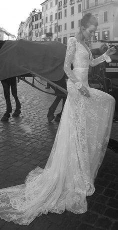 Inbal Dror wedding dress at Metal Flaque in Paris, France >>> Plus sur http://www.yesidomariage.com/deco/la-pinata-originale-ludique-et-deco-un-must-pour-votre-mariage/