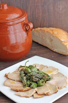 Cocinando entre Olivos: Cómo hacer lomo de orza al estilo de Jaén, receta paso a paso.:1 trozo de lomo de cerdo, 1.200 kg 8-10 dientes de ajo sal cominos matalauva orégano pimentón dulce vinagre agua aceite de oliva virgen extra