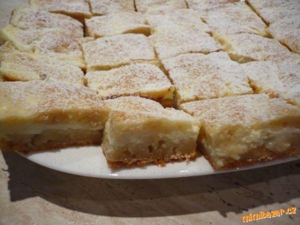 Tvarohovo-jablečná: 2 hrnky polohrubé mouky, 1 hrnek cukru krystal, 1 balíček prášku do pečiva, 1 vajíčko, 1 hrnek mléka, 1/2 hrnku oleje, vanilkový cukr, 1 lžička skořice, 3 - 4 jablka\r\nnáplň: 1- 2 tvarohy, 2 lžíce mléka, cukr podle chuti, vanilkový cukr, vajíčko. http://www.mimibazar.cz/recept.php?id=130087