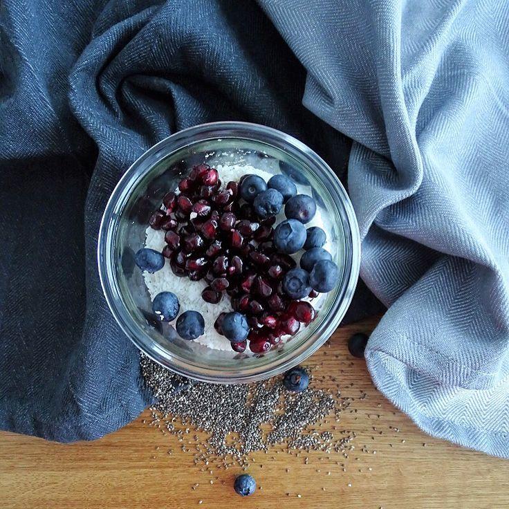 Overnight Oat mit Granatapfel und Blaubeeren. Schnell zubereitet in nur 5 Minuten. Gesundes Frühstück über Nacht. Perfekt für den gesunden Start in den Tag.  Das Rezept findest du auf meinem Blog unter https://wordpress.com/read/post/feed/41917094/924375062