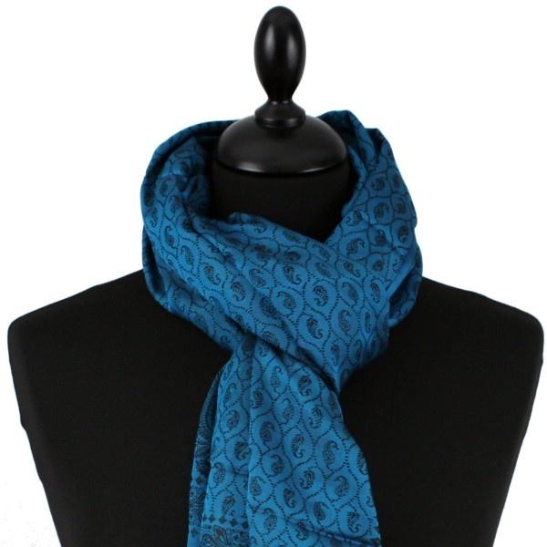 Echarpe en soie bleue avec motifs cachemires noirs. Cette écharpe 100% pure soie est tissée à la main par des artisans indiens.Elle mesure 180*55cm. Cette écharpe se porte aussi bien par une femme que par un homme.
