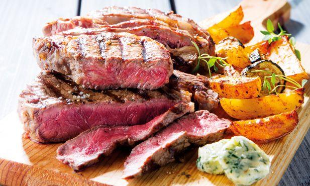 Experimente esta receita fácil de naco de Angus com batatas rústicas, ideal para um churrasco de fim-de-semana
