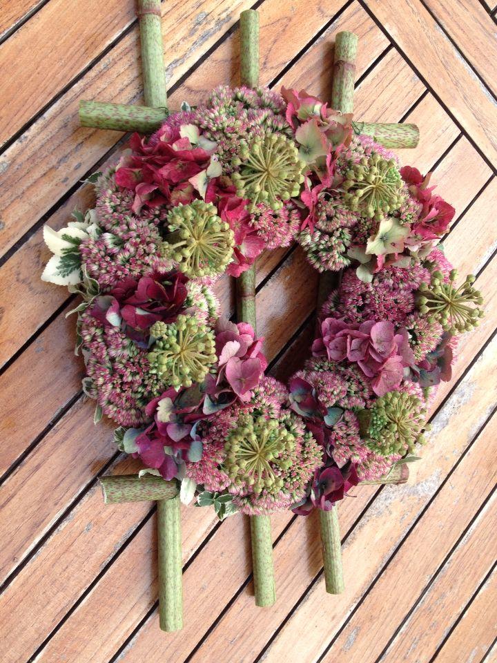 Oase krans volgestoken met:sedum,hortensia, groene/witte blaadjes, en hederabes,in polygonum .