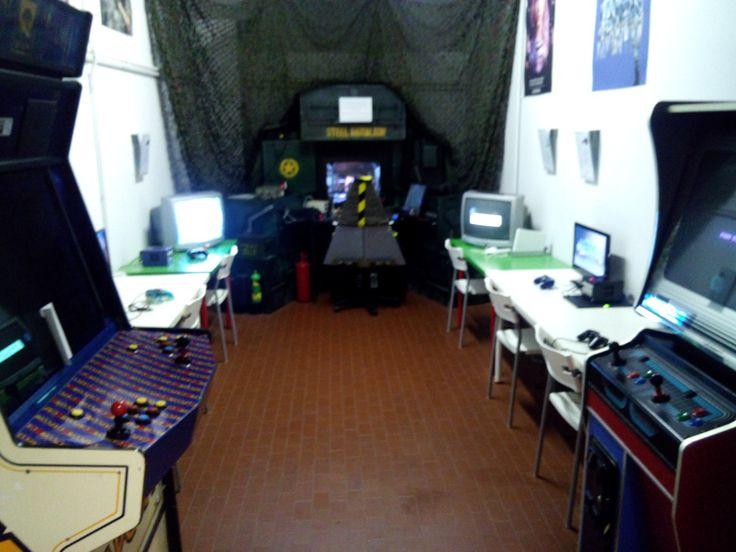 Sala giochi con un paio di coin-op, Nintendo Game Cube, Nintendo Wii e un videogioco che simula un carro armato, con console di comando piu' o meno realistica.