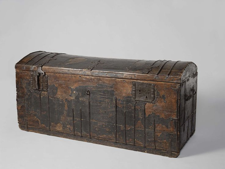 Anonymous | Book chest of Hugo de Groot, Anonymous, c. 1600 - c. 1615 | Koffer van vurenhout, bekleed met runderleer met sporen van ingeperst ornament en voorzien van gesmeed ijzeren bandbeslag, twee inlatende kistsloten met overval en een overval voor een hangslot in het midden. Aan de zijkanten handvatten. Het deksel is bol. Van binnen is de koffer gevoerd met linnen en overkruist met veterband. Volgens de overlevering is dit de kist, waarin Hugo de Groot op 22 maart 1621 uit Slot…