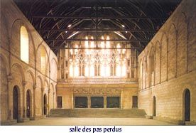 """POITIERS, palais de justice- Les anglais partirent de Niort vers Chizé et """"furent comptés à la sortie hors de la porte 703 têtes armées et bien 300 pillards bretons et poitevins"""". Toujours d'après la Chronique de Cuvelier, les français n'étaient que 500. Le millier d'hommes en armes venus de Niort, revêtus de tuniques blanches à croix vermeilles, sous la conduite de Jean d'Evreux, arrive à Chizé et se met en ordre de bataille pour essayer de briser le siège que font les troupes de Du…"""