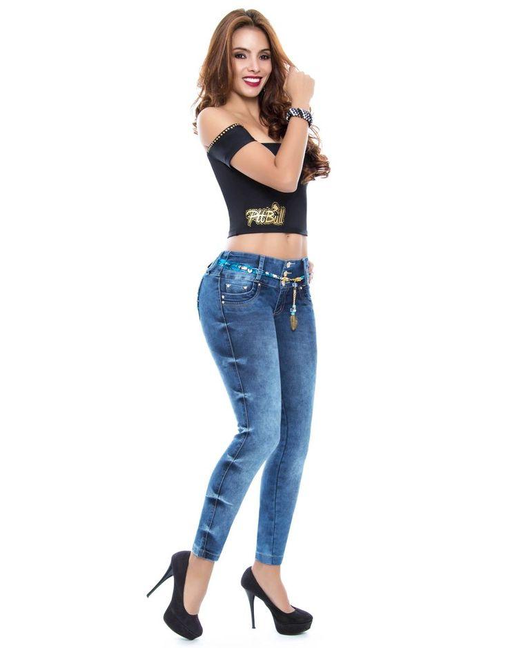 Jean Pitbull PT-6066  Jean  levanta cola,  de tiro medio y silueta ajustada con pretina anatómica de 3 botones; bota skinny. Su material es índigo stretch de color azul medio, sus Bolsillos traseros están decorados.