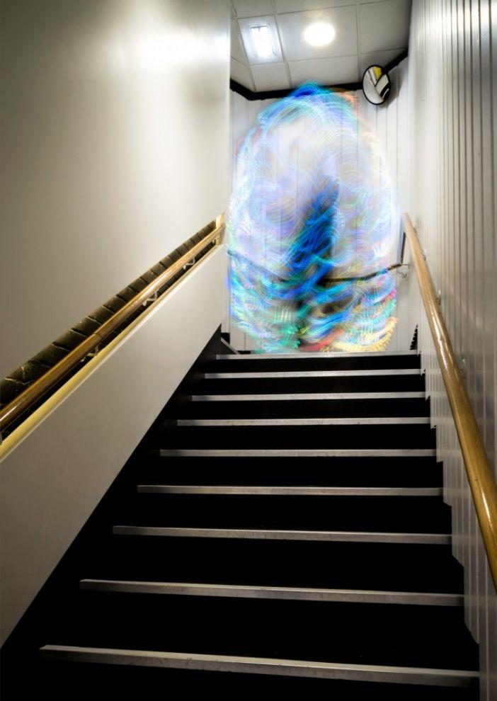 4. Затем Луис использует долгую экспозицию, чтобы запечатлеть призрачные образы красочных сигналов Wi- Fi.