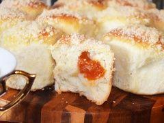 Булочки с начинкой - пошаговый рецепт с фото - В теплом молоке развести дрожжи, добавить чайную ложку сахара и пару ст. л. муки, все перемешать до однородной массы и оставить на 15-20 минут. Сахар, ванильный сахар, смешать с яйцом,...