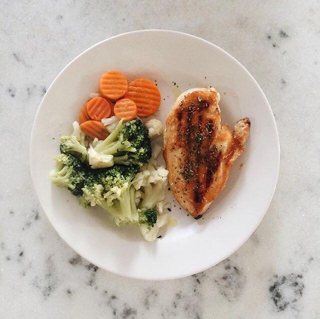 Legumes salteados + frango grelhado temperado com a deliciosa geleia de alho…