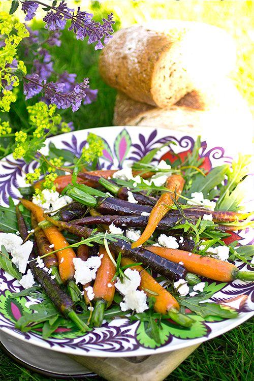 Smörslungade solmixmorötter med honung, rosmarin & feta