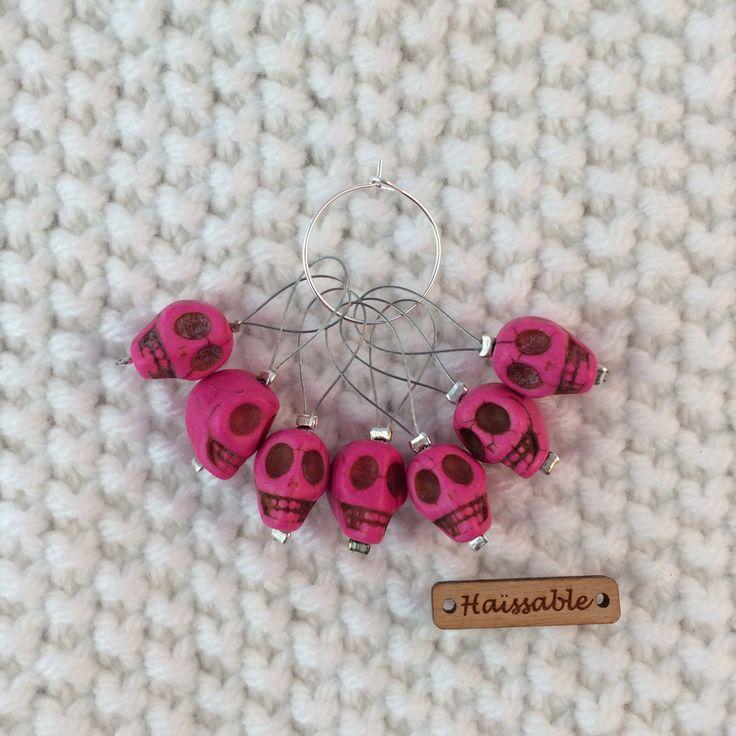 Marqueurs de maille crâne rose de pierre reconstituée de la boutique ArtisanerieHaissable sur Etsy