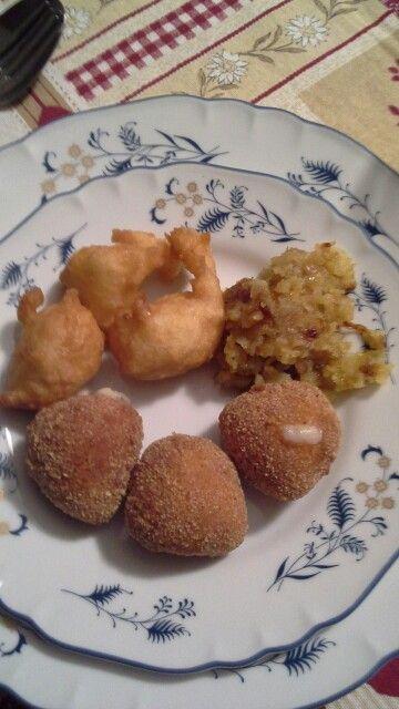 Da in alto a sinistra: Pettelecchie lucane, riccioli di patate e cipolla, mozzarelline impanate - gluten free
