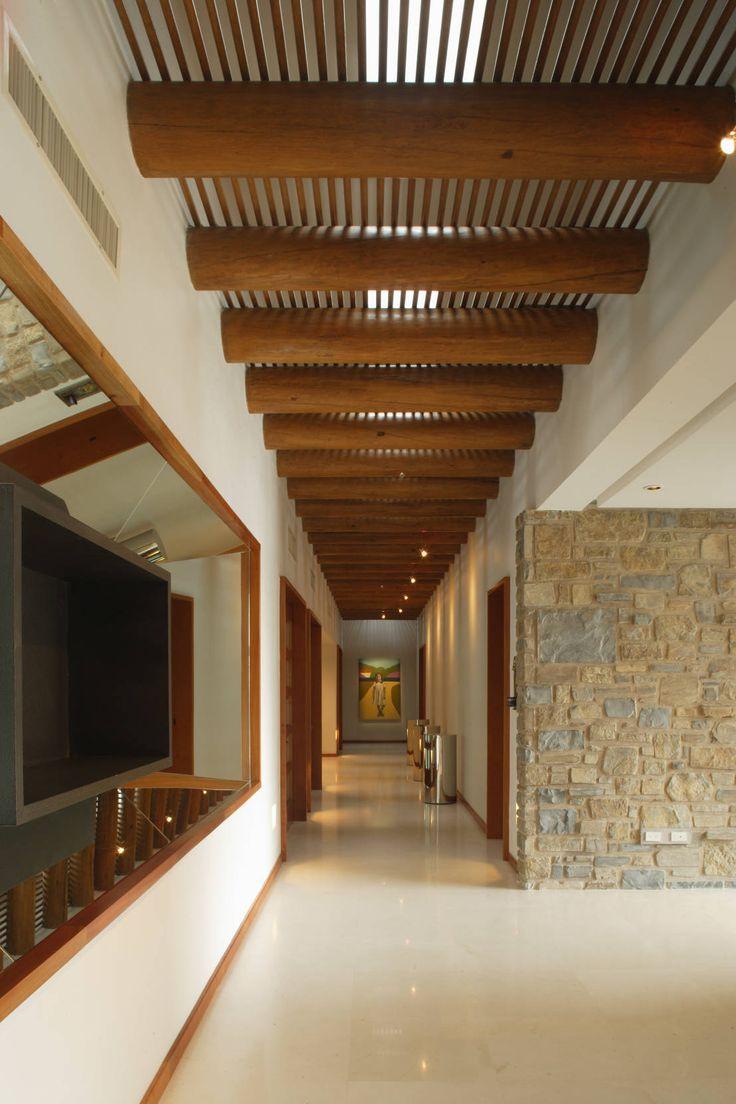 Casa Santa Clara : Pasillos, vestíbulos y escaleras coloniales de Pórtico Más
