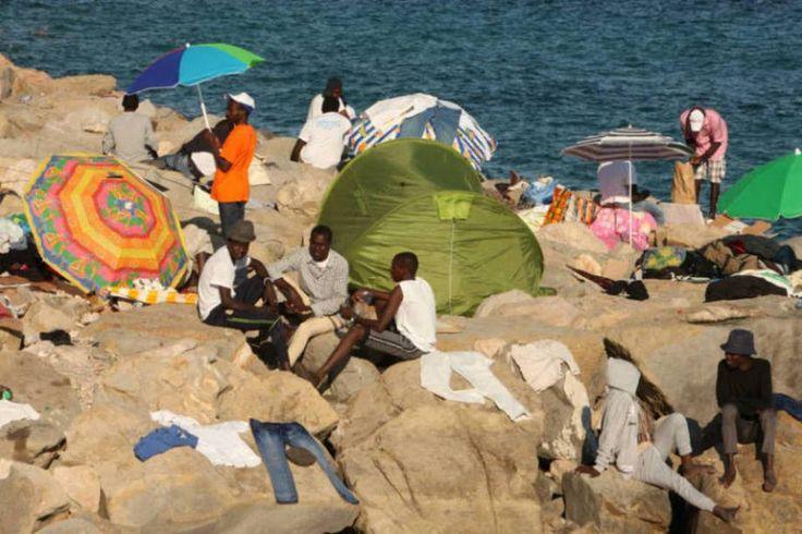 Uma crise sem precedentes. Refugiados são fotografados nas pedras em uma praia italiana que fica na fronteira com a França. Neste local, explica a Reuters, há cerca de 200 pessoas de locais como Líbia, Sudão e Eritreia que tentavam entrar em território francês, mas tiveram sua passagem negada pelas autoridades do país.  Fotografia: Patrick Aventurier / Getty Images.  http://exame.abril.com.br/mundo/17-fotos-emocionantes-de-refugiados-chegando-a-europa/?ocid=sp