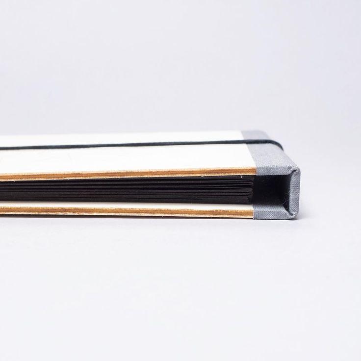 Fotoalbum s deskami z topolového dřeva z dílny Vyvolej.to. Uvnitř najdete harmoniku ze silného černého papíru a pojme až 34 malých fotek. #vyvolejto