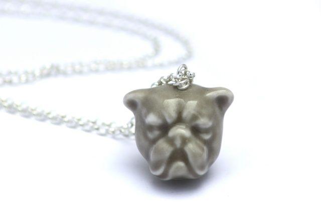 Ręcznie wykonany naszyjnik w kształcie głowy Bulldoga. Stworzony z wysokiej jakości szkliwionej porcelany i zawieszony na srebrnym łańcuszku o długości 55 cm.