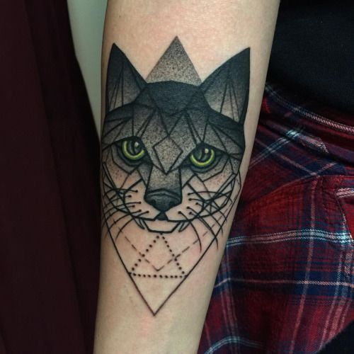 25 best ideas about geometric cat tattoo on pinterest geometric cat cute cat tattoo and cat. Black Bedroom Furniture Sets. Home Design Ideas