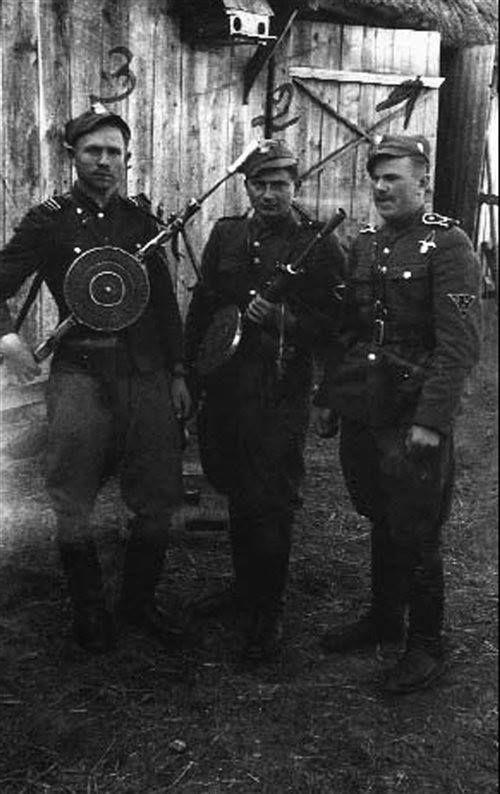 """Żołnierze PAS NZW Okręgu Białystok, od lewej: plut. Józef Kisiel """"Pal"""", szer. Tadeusz Stefaniak """"Stal"""", sierż. Ryszard Sosnowski """"Wydra""""."""