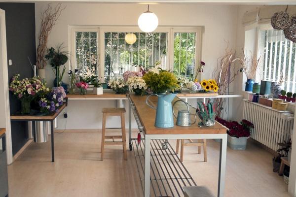 Çiçek bakımı ile ilgili püf noktaların anlatıldığı Hana Çiçekçilik, kurslarında evde kolaylıkla uygulanabilecek çiçek düzenlemelerine yer veriliyor. Sonbahar için kızıl yapraklar ve balkabakları ile; ilkbahar için ise rengarenk bahar çiçekleri ile yapılan düzenlemeler sizi tazeleyecek, günlük hayatın stresinden uzaklaştıracak. Hafta sonunuzu mis kokulu çiçeklerle geçirmek istiyorsanız Hana Çiçekçilik sizi bekliyor.