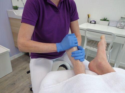 Voet- en onderbenenmassage   De werking van een ontspannende voet en onderbenenmassage:  Een voet- en onderbeenmassage geeft ontspanning, niet alleen in uw voeten en benen maar in uw hele lichaam.  Er wordt tijdens het masseren een verhoogde hoeveelheid endorfine in uw lichaam aangemaakt.  Dit is een stof die ervoor zorgt dat je lichaam en geest weer in balans komen.     www.neefjespedicure.nl