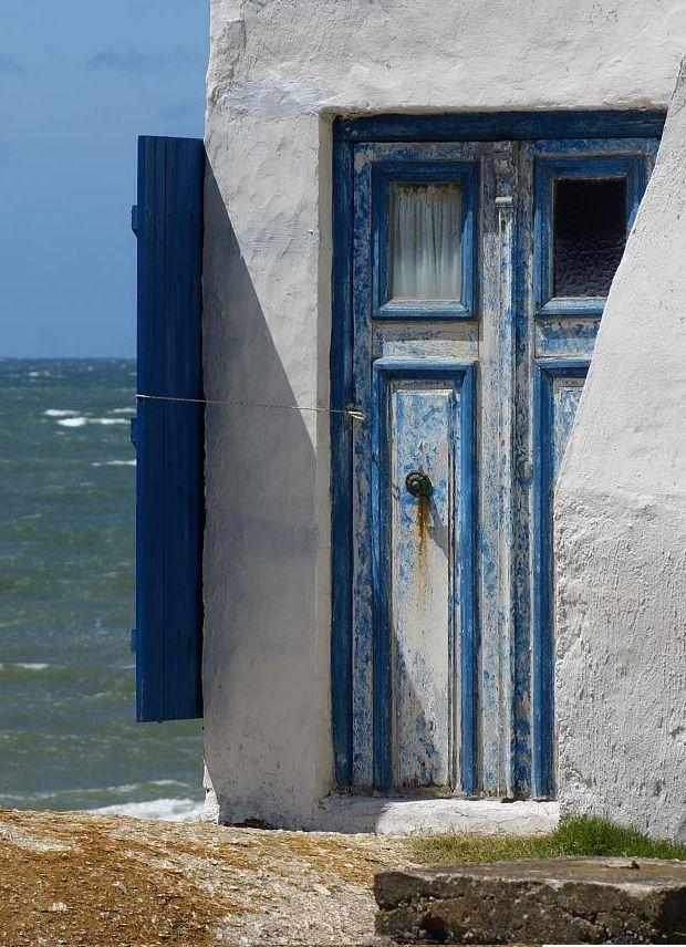 Casa azul sobre mar azul. Cabo Polonio