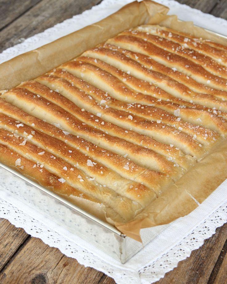 Läckert, snyggt & ljuvligt gott brytbröd med flingsalt på toppen.
