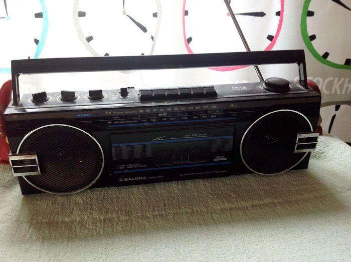 Onko sinulla Suomen vanhin edelleen toimiva kodinkone?   Kuningaskuluttaja   yle.fi  Saloran matkaradio, C-kasettimalli. Ostin tämän 1980-luvulla keittiön radioksi ja siitä asti se on keittiössä ollut. Aina auki, kun olen kotona.  Lähettäjä: Tuija-Maija, Loimaa