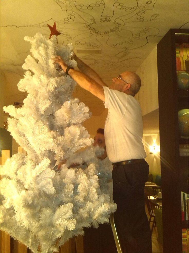 Emilio y Fran, ayudante de camarero, comienzan a poner el árbol. ¡La estrella....Muy importante! El espíritu de la Navidad comienza a inundar cada rincón de nuestro #hotel más artístico, el Vincci Bit4* de #Barcelona  ¡Que llega la Navidad! : http://tgbe.ws/0v6sti