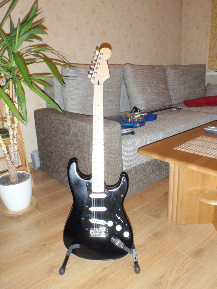 Blackstrat with hand winded pickups + additional toggleswitch for neck - bridge and neck-middle-bridge.