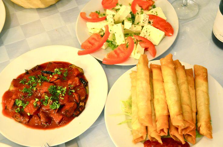 verschillende meze's.  Feta, Böreks en auberginesla in Lokanta Beyti.