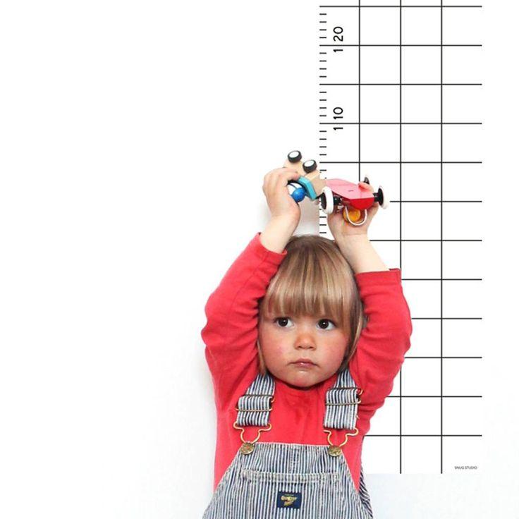 Kijk eens hoe groot ik ben! Met deze groeimeter die er uit ziet als een grote lineaal kun je de groei van je kinderen goed opvolgen. Het design biedt veel ruimte voor data, notities en tekeningen en is een eye-cachter in iedere (kinder) kamer