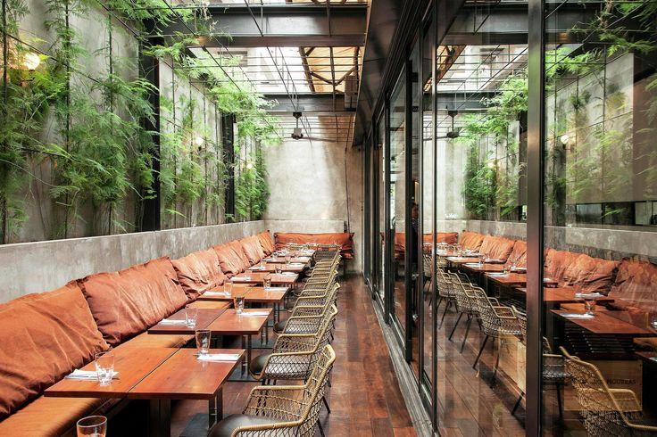 """Construido en 2013 en São Paulo, Brasil. Imagenes por Romulo Fialdini. Esta es la reforma de un restaurante a partir de sus instalaciones existentes.  El cliente encargó un espacio""""alegre y relajado"""" parala nueva..."""