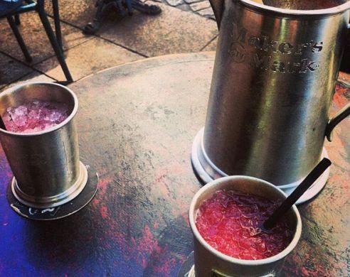 L'Eclair. 1 litre de cocktail insolite ou classique pour 29euros, vous pouvez aussi grignoter des tartines, des salades, des quiches et même des burgers pour moins de 12€. 32 rue Cler, 75007