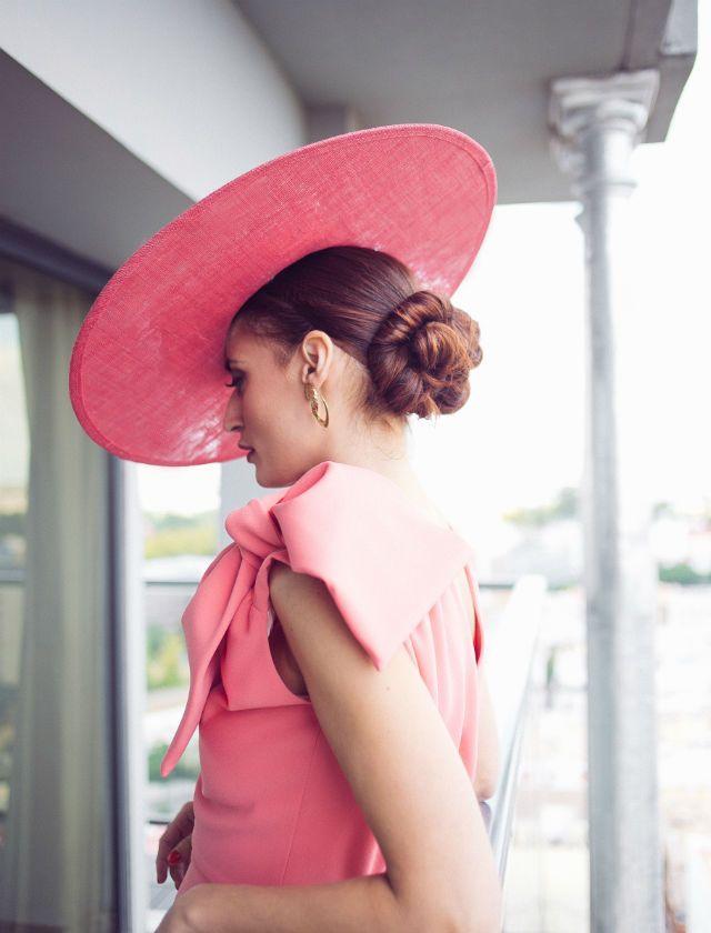 Sesión de fotos para Bulevar Sur de Lucía Cherubina con peinados y maquillaje de Ana Espejo y pamelas y vestidos de Cherubina en el hotel Sevilla Center