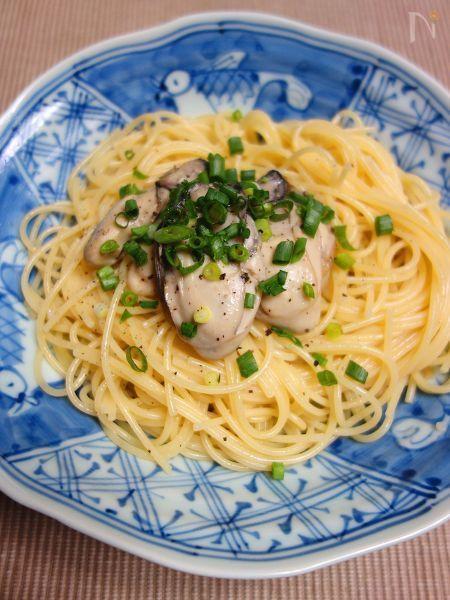 作り置きしておいた牡蠣のアヒージョで作る簡単パスタ。牡蠣の旨味がたっぷりのオイルも無駄なく使えます♪