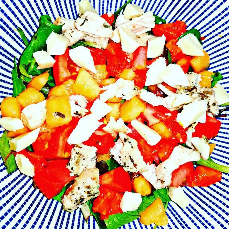 Tu veux reprendre ta vie en main?? Commence par ton assiette!!! #healthyfood #healthy #salade #tomates #melon #papaye #poulet #meufreveillestoi #quandcapeutplusdurer #changement #2018 #fit #fitgirl #guyane #laloidelattraction #jechoisisdefairecequimerendheureusedanslavie