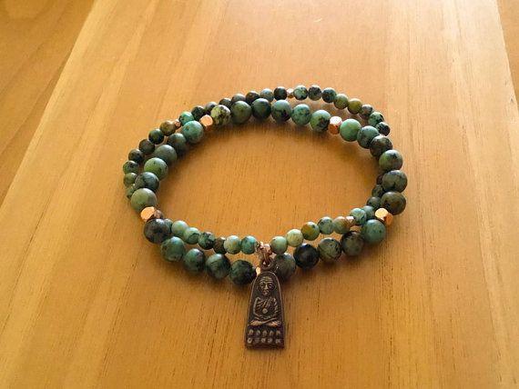Bracelets magnifiques en jade Africain avec une breloque faite et bénite par un moine en Thaïlande. Le premier bracelet mesure 6mm et le deuxième bracelet mesure 4mm. La breloque est petite, discrète et délicate. Toutes nos breloques sont issues du commerce équitable. Ces bracelets sont uniques. ILS FONT PARTI DUN ENSEMBLE avec le collier LAfricain. Toutefois, ils peuvent être vendus séparément. Pour mesurer votre poignet, prenez le diamètre près de votre main. Merci dencourager Les…