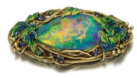 Brosza Tiffany z opalem z około 1910 roku. Wykonana w złocie, pomalowana emalią, z okrągłymi szafirami i zielonymi granatami. Źródło: Sotheby's