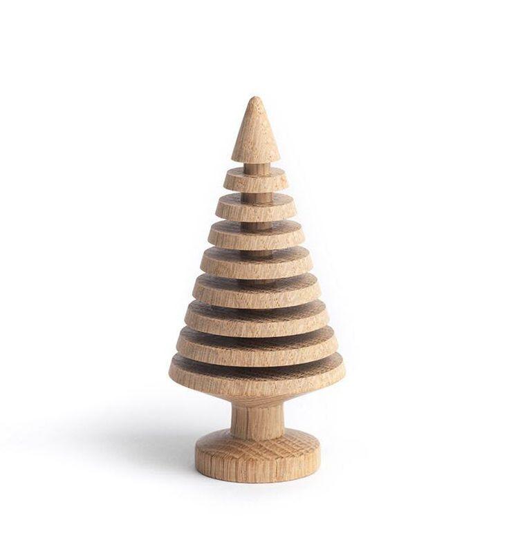 Populært tre i solid eik fra The Oak Men. Disse fine trærne kan brukes hele året. Til jul kjøper du julestjernen i messing som du kan bruke både på de små og store trærne. Materiale : Eik Mål Small H:10 cm Mål Large H:13 cm